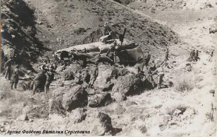 Спасательная группа прибыла на место падения вертолета к-на Панушкина. Декабрь 1987 г.