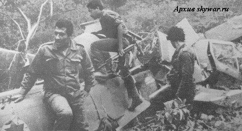 """Сирийские солдаты осматривают обломки израильского вертолета """"Кобра"""" (Zefa-B) AH-1E №337, сбитого у Набатии в первый день операции """"Мир Галилее"""". Летчик к-н Йосси Келлер и оператор к-н Амихай Спектор погибли."""