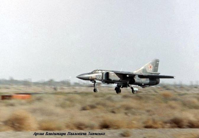 МиГ-23МЛД №33 982-го иап садится на полосу Кандагарского аэродрома (1986 год)