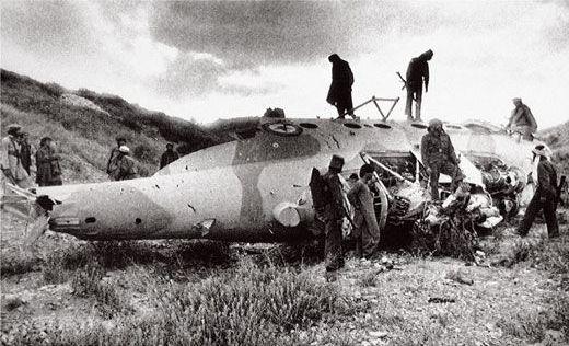 Моджахеды осматривают обломки афганского Ми-17 упавшего у Алыкейля