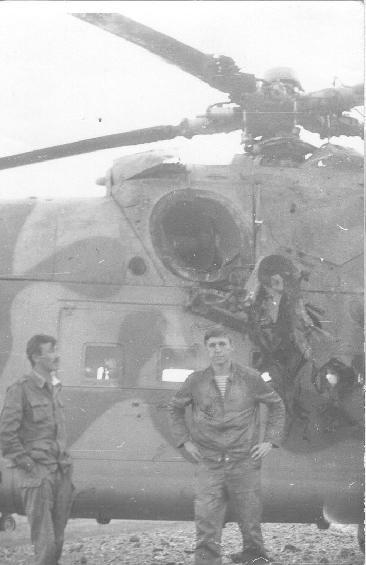 Константин Шипачев у своего вертолета после вынужденной посадки